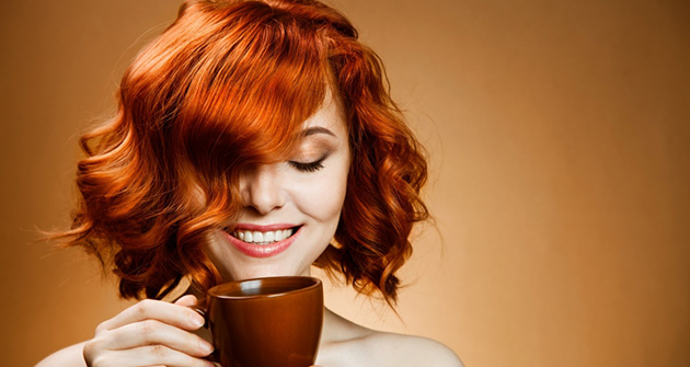 red_haired_woman_drinking_coffee-wallpaper-960x600